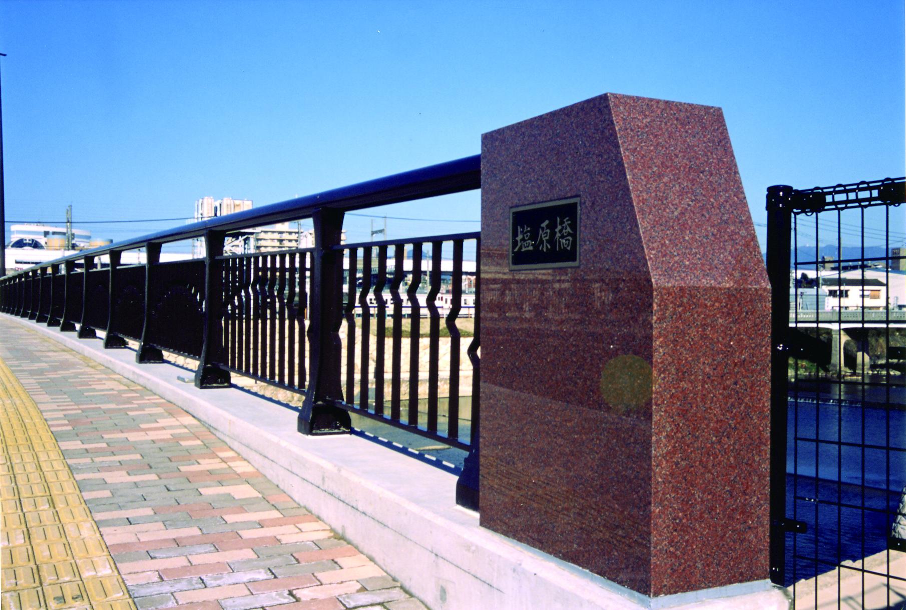 親柱(鋳鉄製・御影石製)<br/>銘板